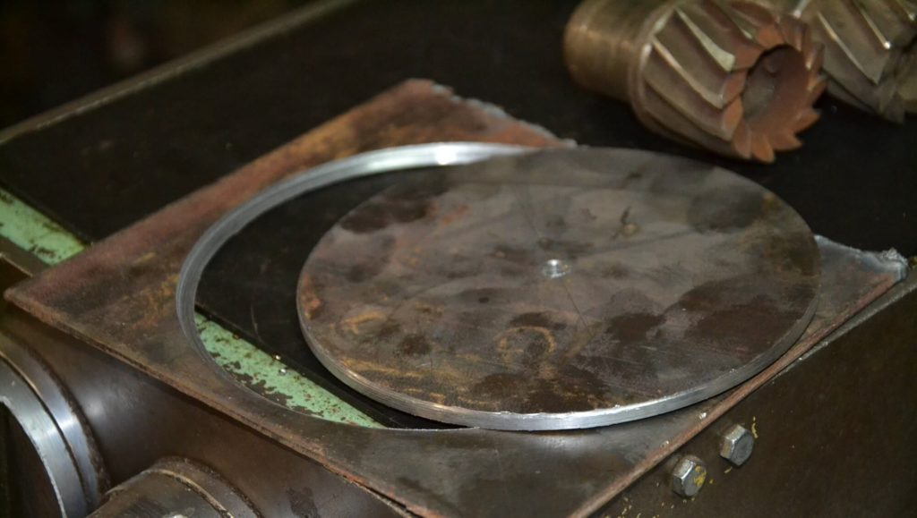 Чем увеличить отверстие в металле